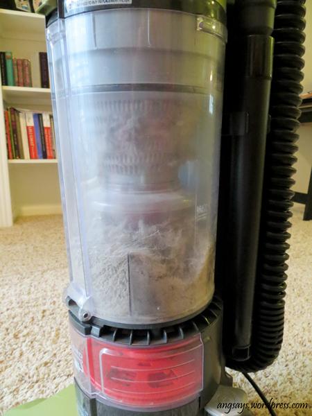 Clean a bagless vacuum